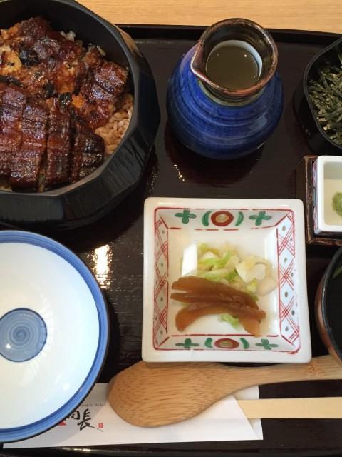 In Tokyo in der Ginza haben wir ein Unagi als Hitsumabushi Menü gegessen, eine Spezialität aus Nagoya. Der gegrillte Aal wird auf Reis serviert und mit süßer Soße übergossen. Dazu werden Wasabi, feine Frühlingszweibelstreifen und Suppe gereicht. Mit jedem Gang werden mehr der Zutaten zu dem Aal gegeben und so der Geschmack variiert.