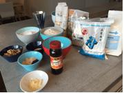 Die Zutaten für das Reis-Buchweizenmehl-Brot: Buchweizenmehl, Reismehl, Wasser, Sojamehl, Hefe, Zuckersirup, Salz, Sesamkörner, Wallnusskerne, Sesamöl