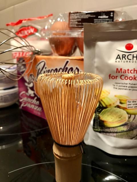 Die Zutaten für das Matcha-Tiramisu: Zucker, Biscotti, Eier, Mascarpone und Matchapulver.