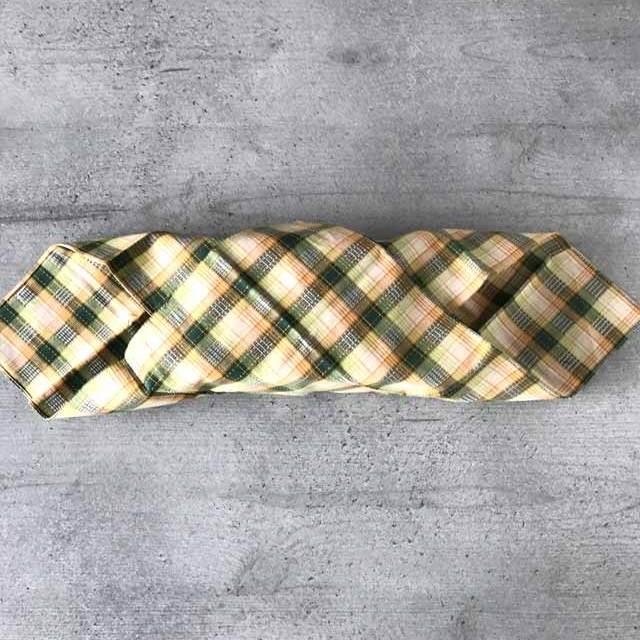 Furoshiki - Anleitung zum Einpacken von Bentoboxen in Tücher. Die Box von beiden Seiten her diagonal einwickeln.