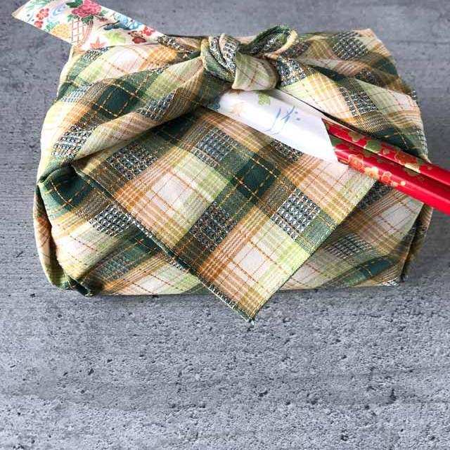 Furoshiki - Anleitung zum Einpacken von Bentoboxen in Tücher: unter den Knoten einfach die Stäbchen stecken.
