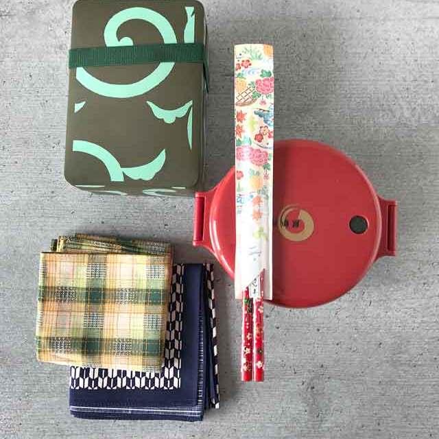 Furoshiki - Anleitung zum Einpacken von Bentoboxen in Tücher: Mit den Tüchern lassen sich sowohl runde als auch eckige Bentoboxen einpacken.