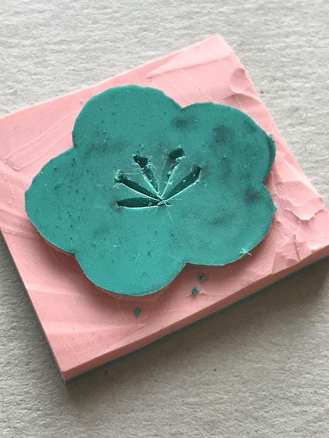 Der selbstgemachte Stempel mit einer stylisierten Kirschblüte.