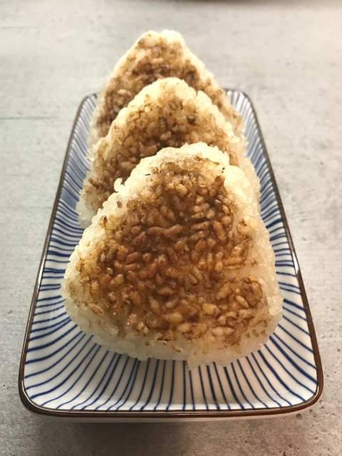 Yaki-Onigiri: die gebratenen Reisbällchen lassen sich gut als Snack ins Büro mitnehmen.