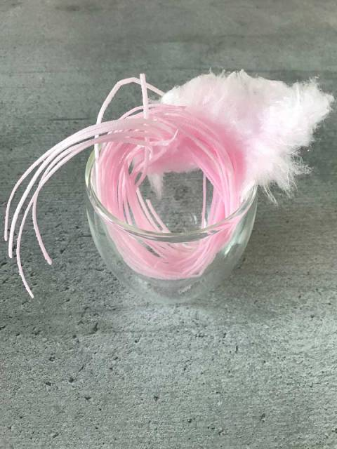 Die Deko aus Esspapier und Zuckerwatte kommt zuerst in das Glas.