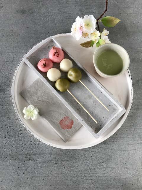 Hanami Dango: die fertigen Motchi werden auf Spieße gesteckt.