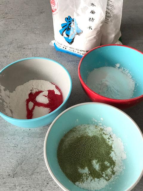 Hanami Dango: die drei Teige werden getrennt zubereitet und gefärbt.