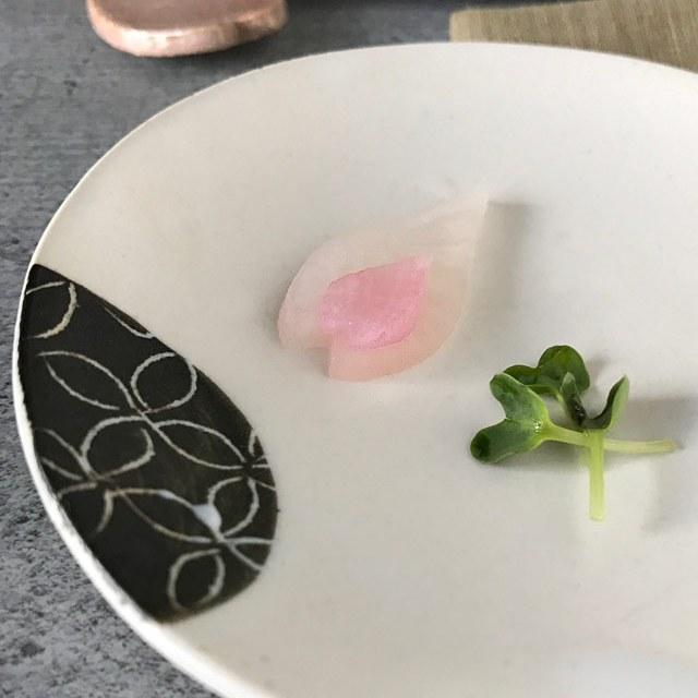 Mit den Ausstechformen habe ich zwei Kirschblütenblätter zusammen mit etwas Daikonkresse angerichtet.