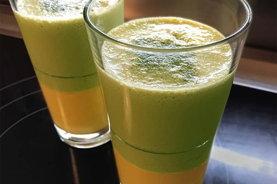Der Matcha-Mango-Lassi: oben der grüne Matcha und unten die goldgelbe Mango-Lassie Mischung.