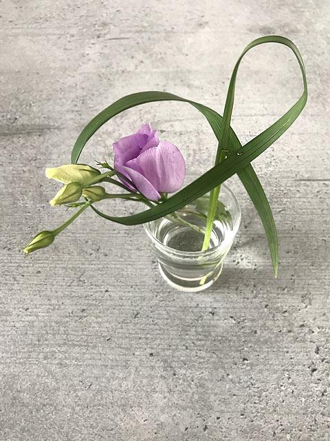 Der geheftete Grashalm bringt Schung in das kleine Gesteck im japanischen Ikebana-Stil.