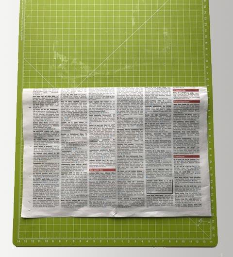 Das Papier in der Mitte falten.