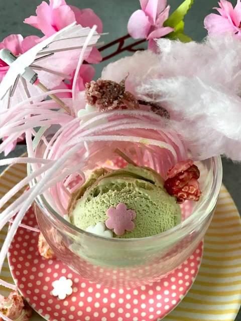 Ein kitschig bunter Becher Kirschblüten-Eiscreme.