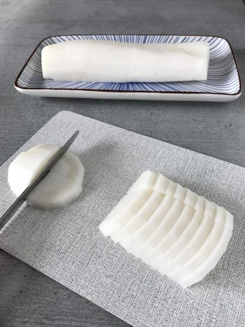 Zum einlegen als Tsukemono wird Rettich wird in 3 bis 5 mm dicke Scheiben geschnitten.