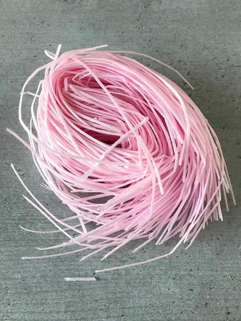 Die rosa Esspapierstreifen verwende ich für die Dekoration.