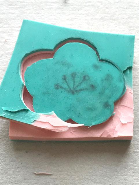 Das Kirschblüten-Motiv mit einem Cutter vorsichtig ausschneiden.