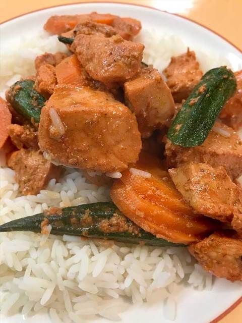 Zur Tandoori-Hühnchen-Pfanne Reis servieren.