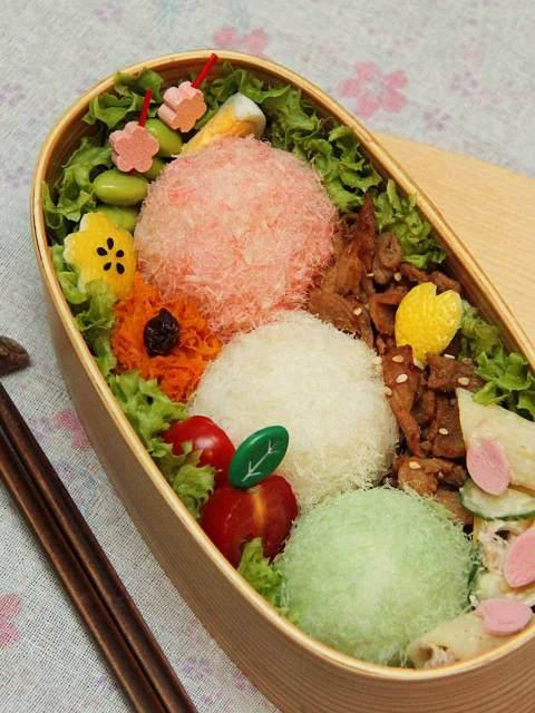 Wunderschönes Sakura-Bento mit Salat, Fisch und Fleisch.