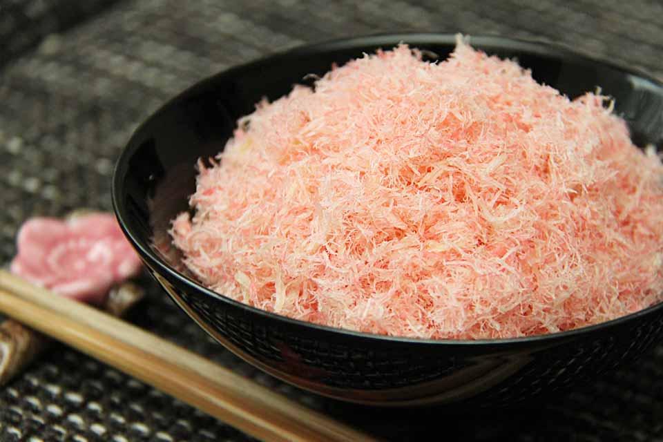 Der Kabeljau wird in der Zubereitung gekocht, eingefärbt und schließlich getrocknet. So ist es ein paar Tage haltbar.
