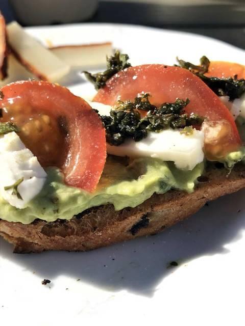 Mojo Verde passt auch prima als Pesto auf ein Brot mit Käse, Tomaten und Guacamole.