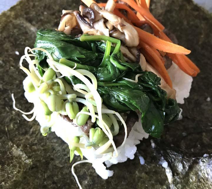 Die Bulgogi-Onigirazu werden mit Reis, Fleisch und eingelegtem Gemüse gefüllt.