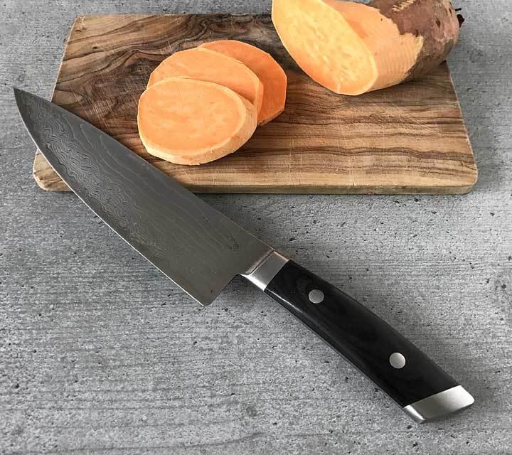 Für die Onigirazu die Süßkartoffelscheiben i dicke Scheiben schneiden und anbraten.