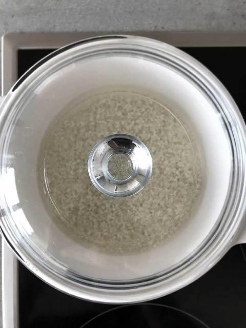 Den Sushi-Reis in einem großen Topf mit Deckel kochen.