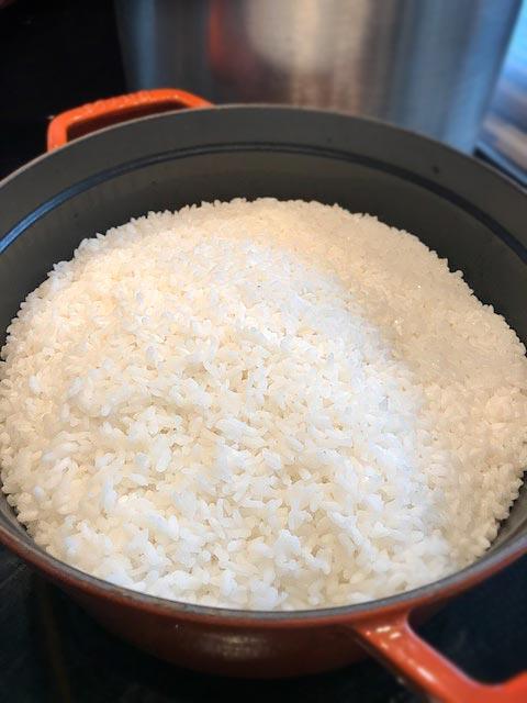 Für die Onigirazu-Kochsession habe ich zwei große Töpfe voll Sushi-Reis vorbereitet.