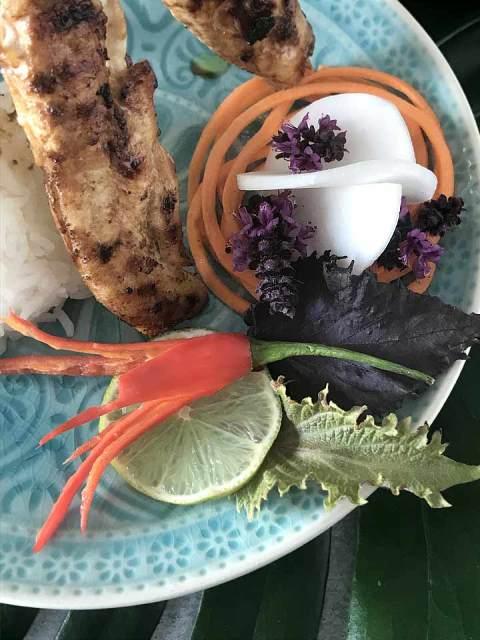 Rettiche, Karotten und Chilischoten in Streifen oder Blütenform für die Dekoration schneiden.