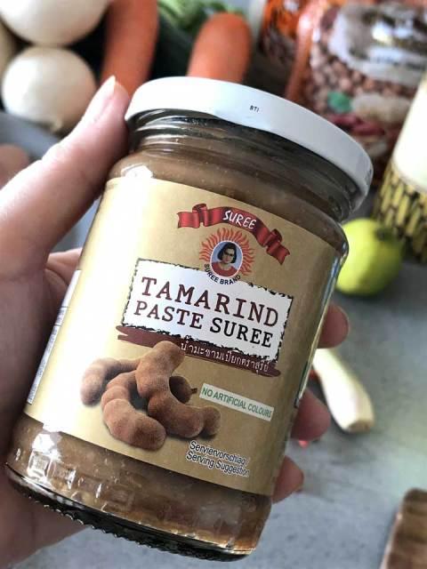 Die Tamarinden-Paste ist in Gläsern erhältlich und schmeckt säuerlich-süß.