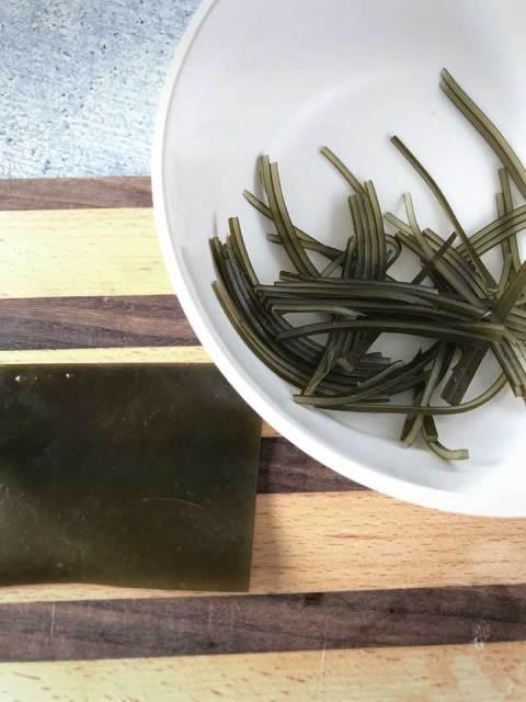 Dünne Kombu-Streifen für die haarigen Sushi-Monster.