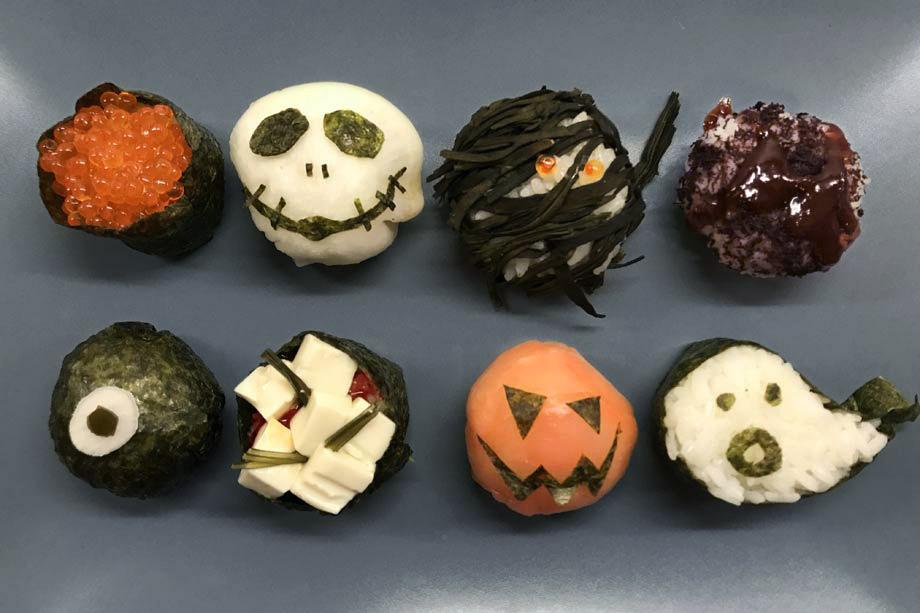 Halloween Sushi: schaurig schönen Reishäppchen mit Lachs, Seetang und Rettich.