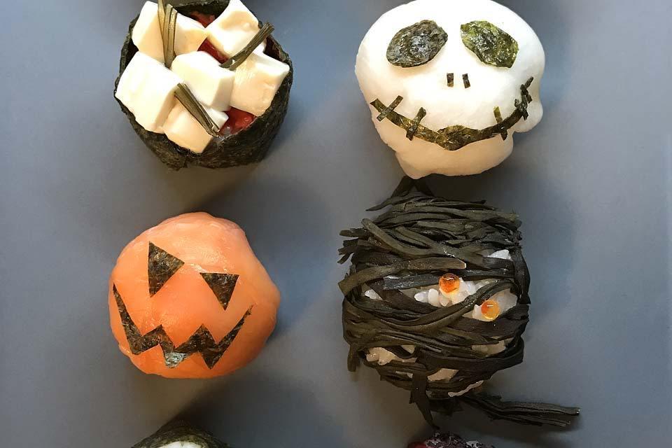 Eine schaurig schöne Sushi-Platte mit Halloween-Motiven