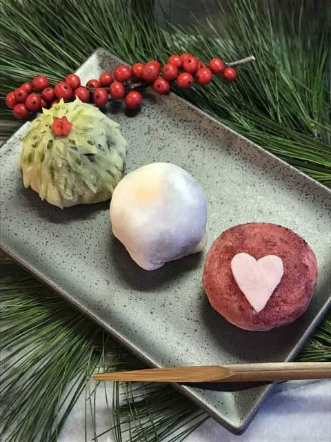 Weihnachts-Maochi: Rezept für japanisches Klebreismehlkonfekt mit weihnachtlichem Deko, mit süßer roter Bohnenpaste sowie Physalisbeeren gefüllt.