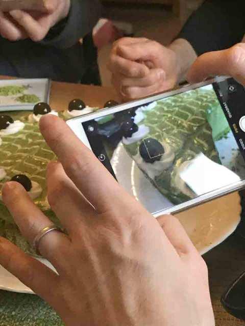 Food-Blogger in Aktion: Testen, Fotografieren und Posten.