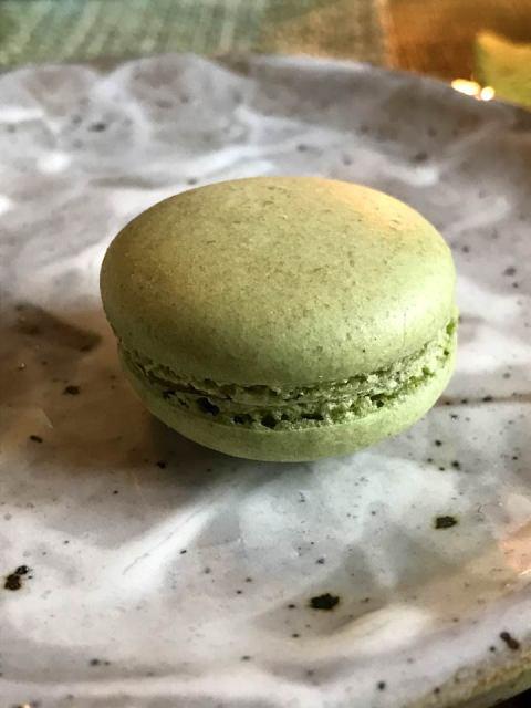 Perfektion: die feinen Matcha-Macarons sind mit Mango-Maracuja-Creme gefüllt.
