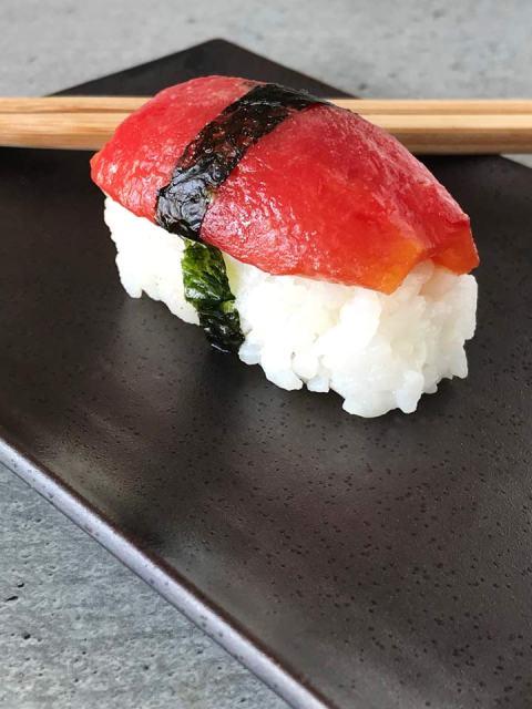 Die Tomaten-Sushi können auch mit Noristreifen umwickelt werden um den Belag besser zu fixieren.