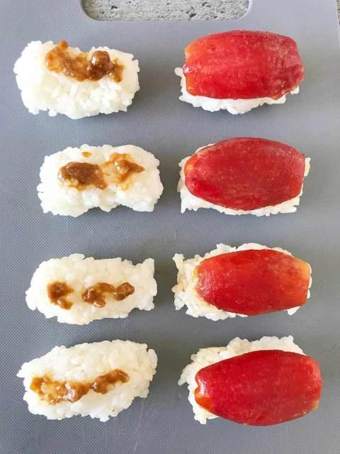 Der Sushireis wird mit einer Mischung aus Miso und Wasabi bestrichen.