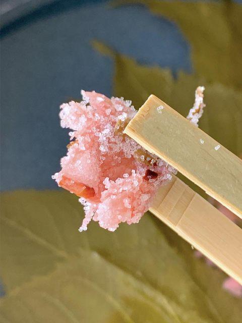 Die salzig eingelegten zarten Kirschblüten müssen gewässert werden.
