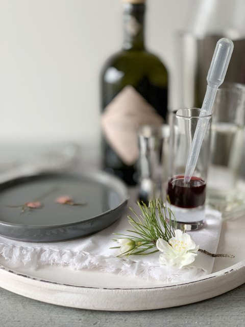 Den Kirschsirup sparsam dosieren - je nachdem, wie süß und rosa der Drink werden soll.