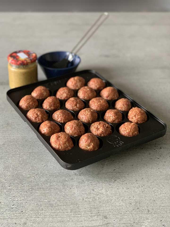 In der japanischen Takoyaki-Pfanne können auch Bouletten gegrillt werden.