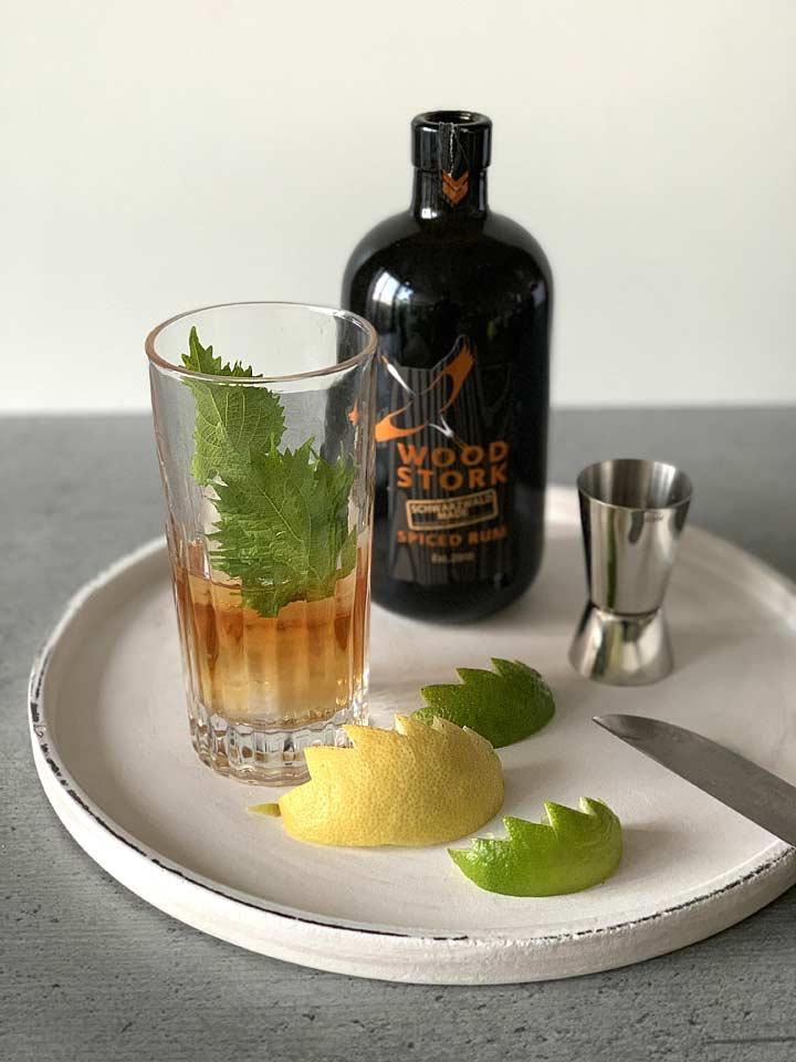 Das besondere Aroma verleihen dem Godjira Cuba Libre mit Wood Stork Siced Rum die geschnitzten Zitrusspalten sowie Shiosoblättern.