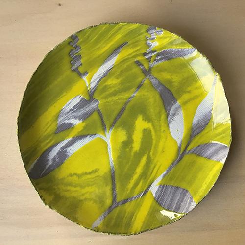 Perzikkruid, gele glazuur op gemengde klei, €95,-
