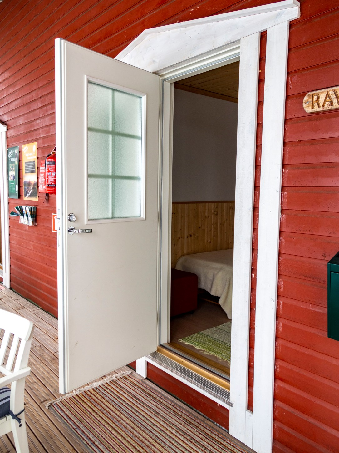 Hotel Katkavaara Aurora Apartments and Snow Igloos Aurora Borealis room with own entrance