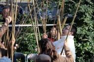 交友会は紅白の繭玉(まゆだま)に見たてたお餅を竹竿に取り付けてサービス