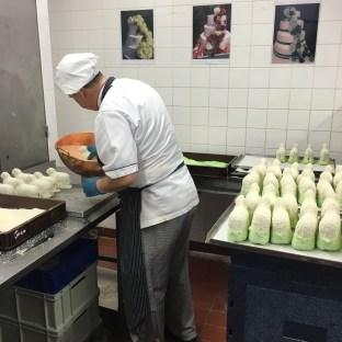 Dann werden die Lämmer in Kokosflocken gewälzt