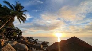 Sonnenaufgang über dem Strand von Kho Thao in Thailand