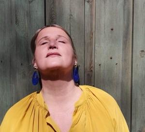 Blaue Ohrringe zum gelben Kleid