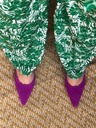 Magentamules mit Grasgrünem Jumpsuit