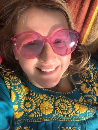Pinke Sonnenbrille von Gucci, Kleid aus Mexika