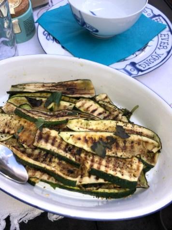 Gegrillte Zucchini mit Minze und Feta